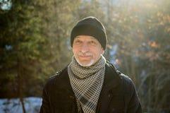 Vårståenden av den äldre mannen med ett grått skägg Arkivfoto