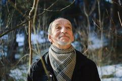 Vårståenden av den äldre mannen med ett grått skägg Royaltyfri Fotografi