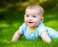 Vårståenden av lyckligt behandla som ett barn pojken utomhus royaltyfri bild