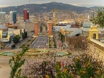 Vårtid i Barcelona med den magiska springbrunnen och de Venetian tornen som beskådas från Montjuic royaltyfria foton