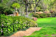 Vårträdgård med trappa Arkivfoton
