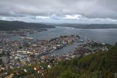 våt dag i Bergen, Norge Arkivfoton