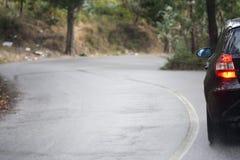 våt ensam regnig väg för bil royaltyfria foton