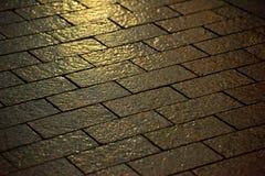 Våt förberedande sten på natten arkivbilder