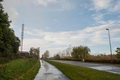 Våt gata i stad av Ballerup i förorter av Köpenhamnen fotografering för bildbyråer