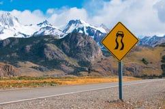 våt hal varning för vägmärke Fotografering för Bildbyråer