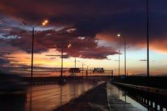 Våt huvudväg på natten Arkivfoto