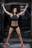 Våt kvinna för sexig brunettkondition efter genomkörare i idrottshallen Royaltyfria Foton