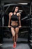 Våt kvinna för sexig brunettkondition efter genomkörare i idrottshallen Royaltyfri Fotografi