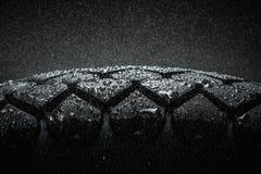 Våt motorcykelgummihjuldäckmönster royaltyfria foton