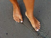 våt sand för strandfotkvinnlig royaltyfria bilder