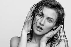 Våt stående, svartvit flicka för modemodell Royaltyfria Bilder