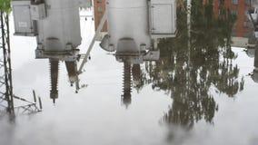 Våt textur för asfaltväg med pölar och reflexionen av att jorda en kontakt strömbrytaren i den Ram Våt asfalt efter regn och lager videofilmer