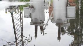 Våt textur för asfaltväg med pölar och reflexionen av att jorda en kontakt strömbrytaren i den Ram Våt asfalt efter regn och stock video