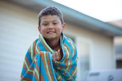 Våt Tweenpojkeuttorkning Fotografering för Bildbyråer