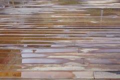 Våt uteplatsdurkbakgrund efter regn i perspektiv arkivfoto