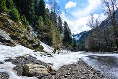 Våt väg i Naran Kaghan Valley, Pakistan Royaltyfria Bilder