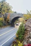 Våt väg och bro i Acadianationalpark Arkivfoton