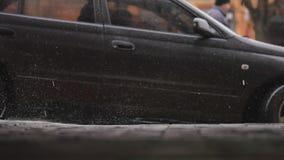 Våt vindruta och vindrutetorkare för Closeupbil med regndroppe, i att regna säsong stock video