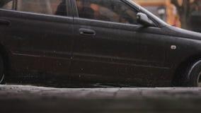 Våt vindruta och vindrutetorkare för Closeupbil med regndroppe, i att regna säsong arkivfilmer