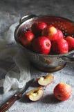 Våta äpplen i en durkslag Royaltyfria Foton