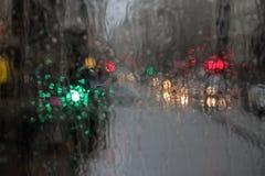 Våta fönster- och stadsljus Arkivbild