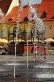 Våta flickor i den Sibiu plazaen, Rumänien Fotografering för Bildbyråer