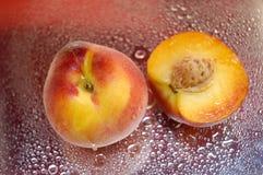 våta persikor royaltyfri fotografi