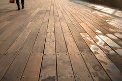 Våta Sunny Boardwalk Pedestrian Royaltyfri Foto