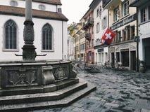 Våta tomma Franziskanerplatz i Lucerne, Schweiz, efter nederbörd Arkivbild