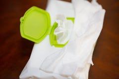 Våta wipes i packe boxas, med den snabba banan royaltyfri bild