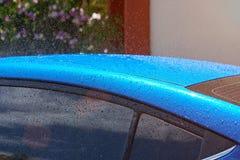 Vått blått biltak Arkivbild