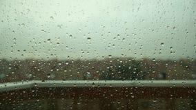 Vått fönster i åskvädret lager videofilmer