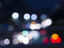 Vått fönster med bakgrund av nattstaden Arkivfoton