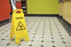 Vått golvtecken för restaurang Fotografering för Bildbyråer