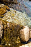 Vått - och - torrt vaggar på stranden Arkivfoto