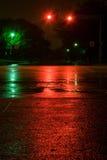 Vått rött ljus på natten Arkivfoton