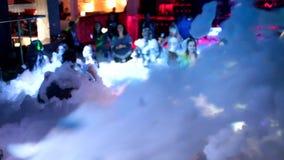Vått skumparti i en nattklubb Folket kopplar av och har rolig dans i skumet på dansgolvet Pojkar och flickor i skumet stock video