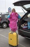 Vått väder och holidaymaker på sjösidan royaltyfria bilder