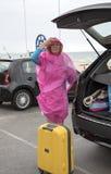 Vått väder och holidaymaker på sjösidan royaltyfria foton