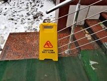 vått varningsgolv arkivfoton