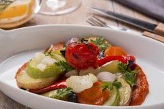 Végétarien cuit au four de courgette de pommes de terre de tomate de ratatouille de légumes photo libre de droits