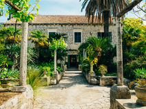 Végétation luxuriante, passage pavé et pavillon à l'arborétum dans Trsteno image stock