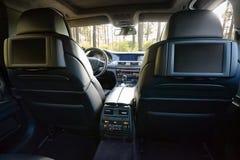 Véhicule à l'intérieur Intérieur de voiture moderne de luxe de prestige Trois affichages de TV pour le passager avec l'espace et  photographie stock