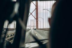 véhicule à l'intérieur de vue Le conducteur conduit par le pont appelé le 25 avril à Lisbonne au Portugal Voyage par la voiture o Photos libres de droits