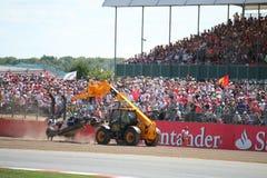 Véhicule écrasé par F1 remorqué photo libre de droits
