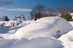 Véhicule abandonné après tempête de neige Photographie stock libre de droits