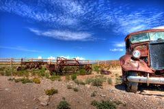 Véhicule abandonné dans le désert Photographie stock libre de droits