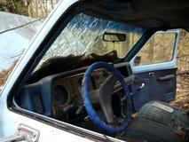 Véhicule abandonné : intérieur et porte ouverte Photo stock