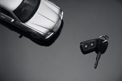 Véhicule argenté et clé de véhicule photo stock